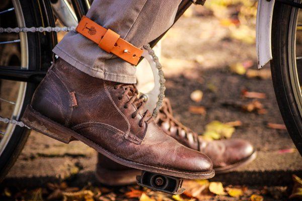 skózany pasek zabezpieczający nogawkę