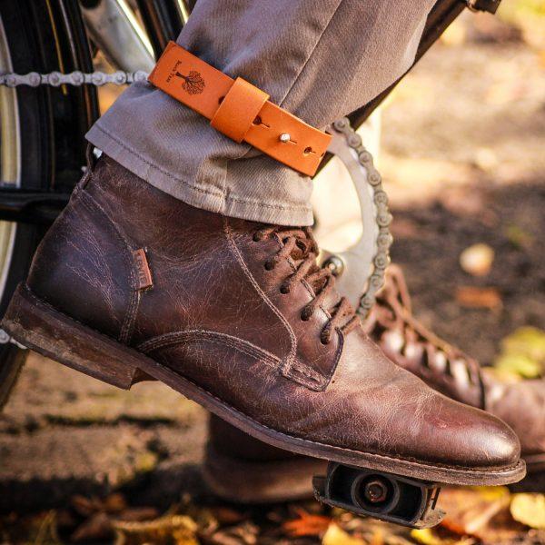 skórzany pasek zabezpieczający nogawkę
