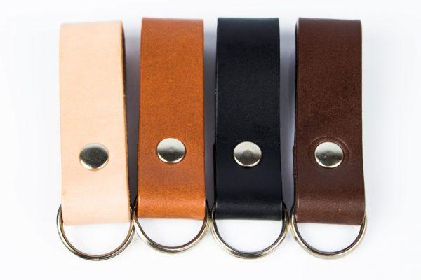 brelok w czterech kolorach: naturalnym, koniakowym czarnym i brązowym