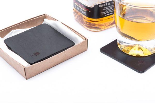skórzane podkładki pod szklanki pakowane w tekturowe pudełko