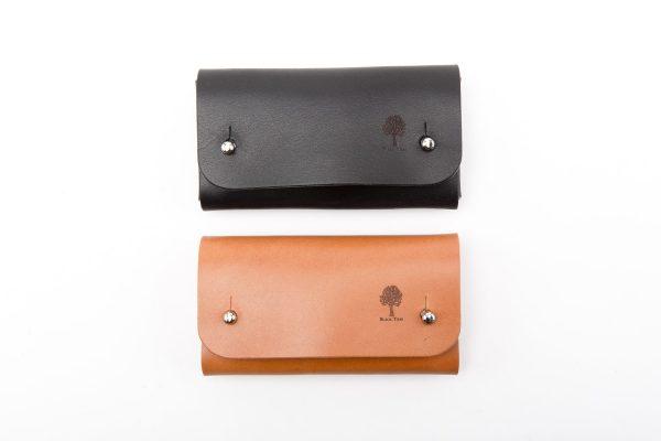 mały skórzany portfel na karty i gotówkę z knopikami