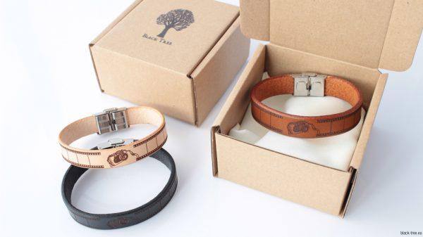 bransoletki ze skóry pakowane w ekologiczne pudełko