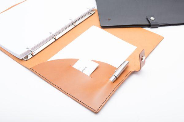 wnętrze skórzanej okładki notesu zaopatrzone w kieszeń na notatki, wizytówkę i długopis